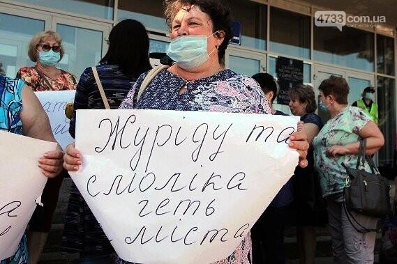 Лікарні Сміли без персоналу тому, що медики перед міськвиконкомом, фото-2