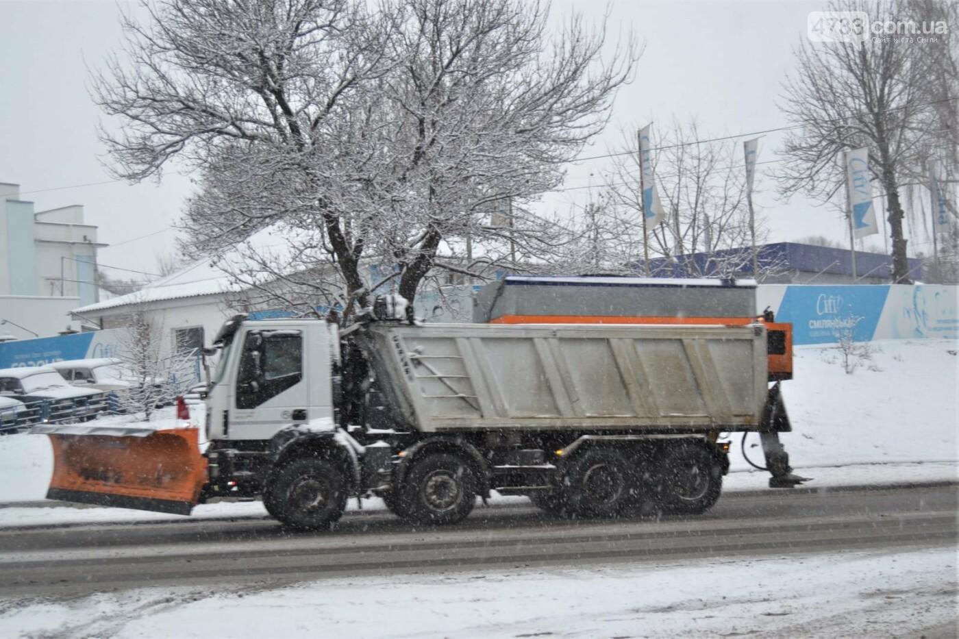На боротьбу зі снігопадом у Смілі залучили 9 одиниць техніки і 28 прибиральників (ВІДЕО), фото-2, Комунальник