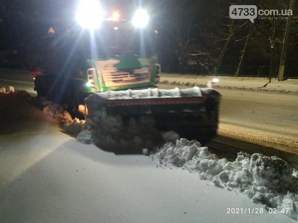 На боротьбу зі снігопадом у Смілі залучили 9 одиниць техніки і 28 прибиральників (ВІДЕО), фото-3, Комунальник