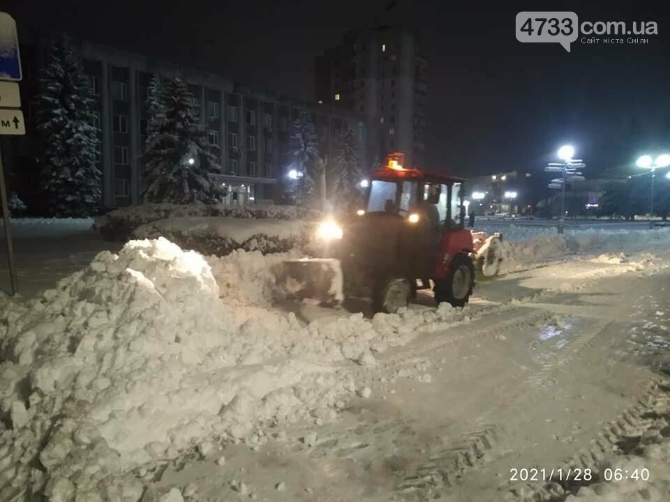 На боротьбу зі снігопадом у Смілі залучили 9 одиниць техніки і 28 прибиральників (ВІДЕО), фото-4, Комунальник