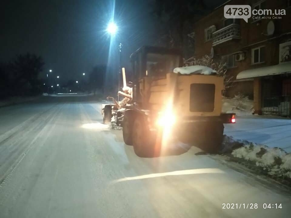 На боротьбу зі снігопадом у Смілі залучили 9 одиниць техніки і 28 прибиральників (ВІДЕО), фото-5, Комунальник