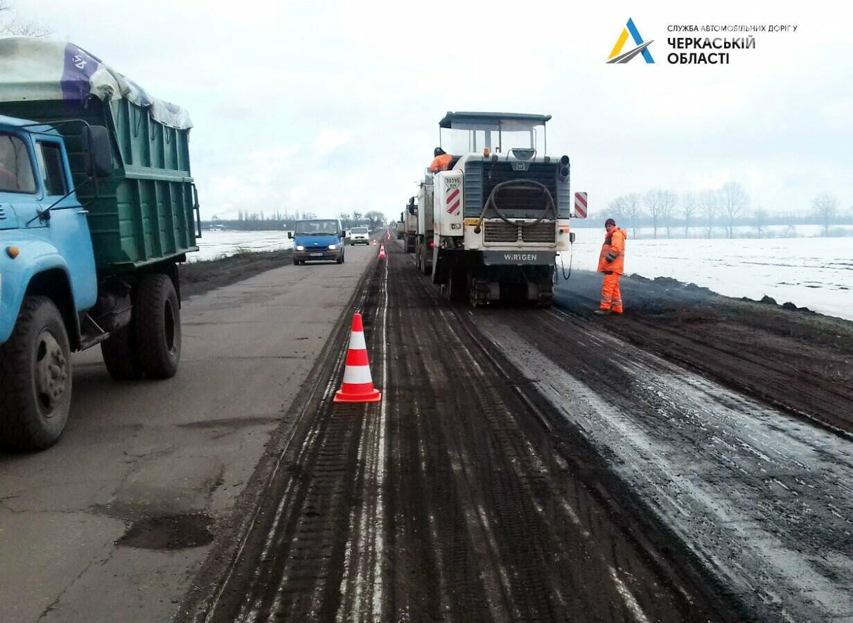 Розпочалися поточні ремонтні роботи на автодорозі від Черкас до Сміли. Рух ускладнено, фото-1