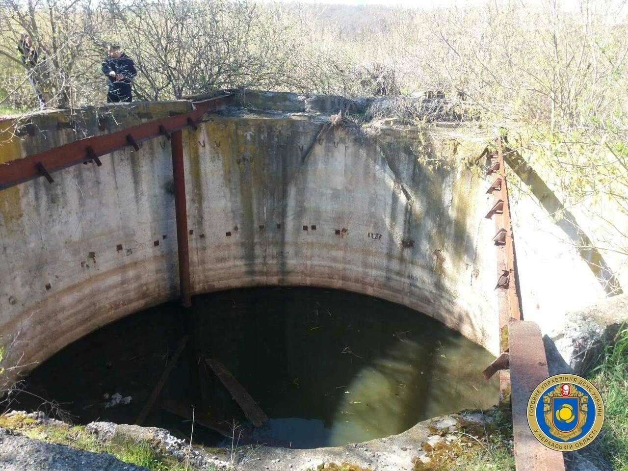 Хлопчик, який рятував собаку, потрапив до 5-ти метрового резервуару з водою, фото-1