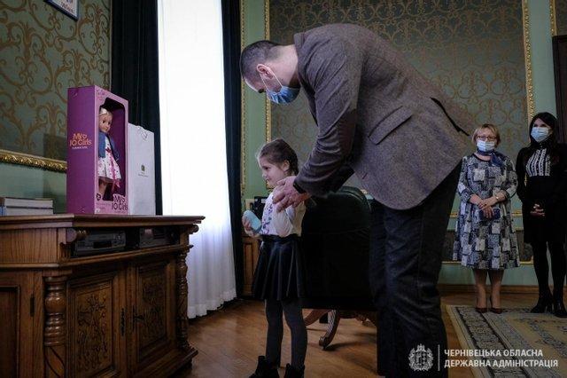"""Президент подарував подарунок дівчинці, яку демонстративно залишили без подарунка у садочку і батькам надіслали світлину щоб """"провчити"""" (Ф..., фото-2"""