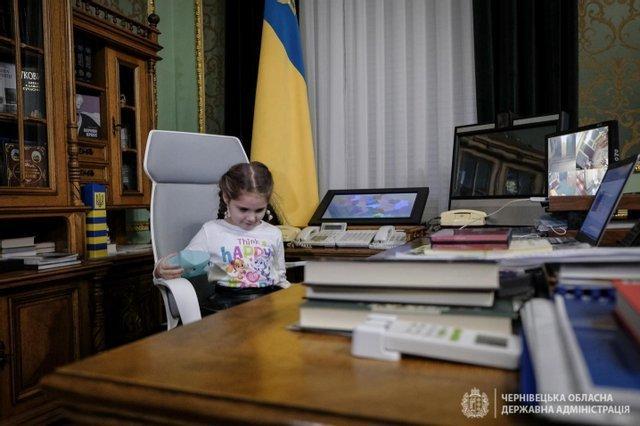 """Президент подарував подарунок дівчинці, яку демонстративно залишили без подарунка у садочку і батькам надіслали світлину щоб """"провчити"""" (Ф..., фото-3"""